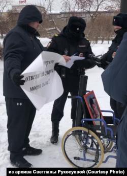 Никиту Рукосуева полиция задерживает на пикете против затягивания расследования смерти своего сына, Красноярск