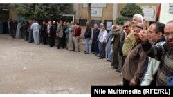 Граѓани чекаат да гласаат на референдумот во Каиро.