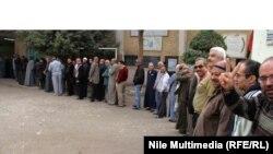 Египтяне выстраиваются в очередь возле избирательного участка. Каир, 16 октября 2012 года.