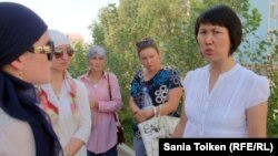 Атырау облыстық прокуратурасы қызметкері Айгүл Теміртасова (оң жақтан бірінші) арызданушылармен сөйлесуге шықты. Атырау, 13 тамыз 2012 жыл.