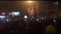Tehranda etirazçılar Ali Khamenei-nin posterlərini sökür