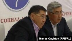 Теперь уже бывший лидер ОСДП Жармахан Туякбай (справа) и избранный новым лидером ОСДП журналист Ермурат Бапи на внеочередном съезде партии. Алматы, 26 апреля 2019 года.