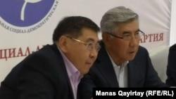 Жармахан Туякбай (справа) и Ермурат Бапи на одном из съездов ОСДП. Алматы, 26 апреля 2019 года.