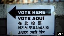Un semn de direcționare către o secție de votare la New York, 4 noiembrie 2014.