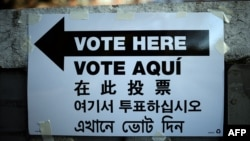 Putokaz za biračko mesto u Njujorku – na različitim jezicima. Novembar 2014.