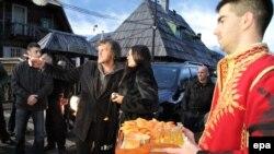 Monica Bellucci rejissor Emir Kusturica ilə birlikdə Bosniyada gəzinti zamanı.