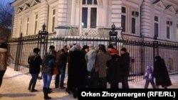 Активисты проводят акцию у посольства Украины. Астана, 20 февраля 2014 года.