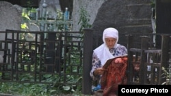 Мөслимә үлгәннәр рухына дога кыла. Яңа татар зираты, Казан.