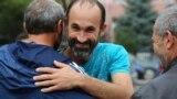 Активіста Марлена Мустафаєва зустрічають біля спецприймальника в Сімферополі, де він відсидів 12 діб адміністративного арешту