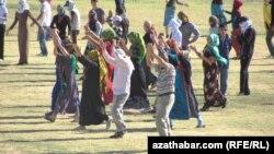 Türkmenistanda studentler we mugallymlar köpçülikleýin baýramçylyk çärelerine taýýarlyk görýärler.