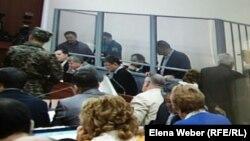В зале суда, где рассматривается дело против бывшего премьер-министра Серика Ахметова. Караганда, 4 сентября 2015 года.