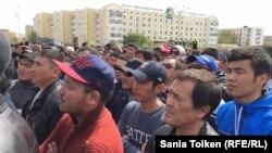"""Участники митинга """"по земельному вопросу"""" в Атырау. 24 апреля 2016 года."""