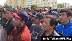 """Участники несанкционированного митинга """"против продажи земли"""" в Атырау. 24 апреля 2016 года."""