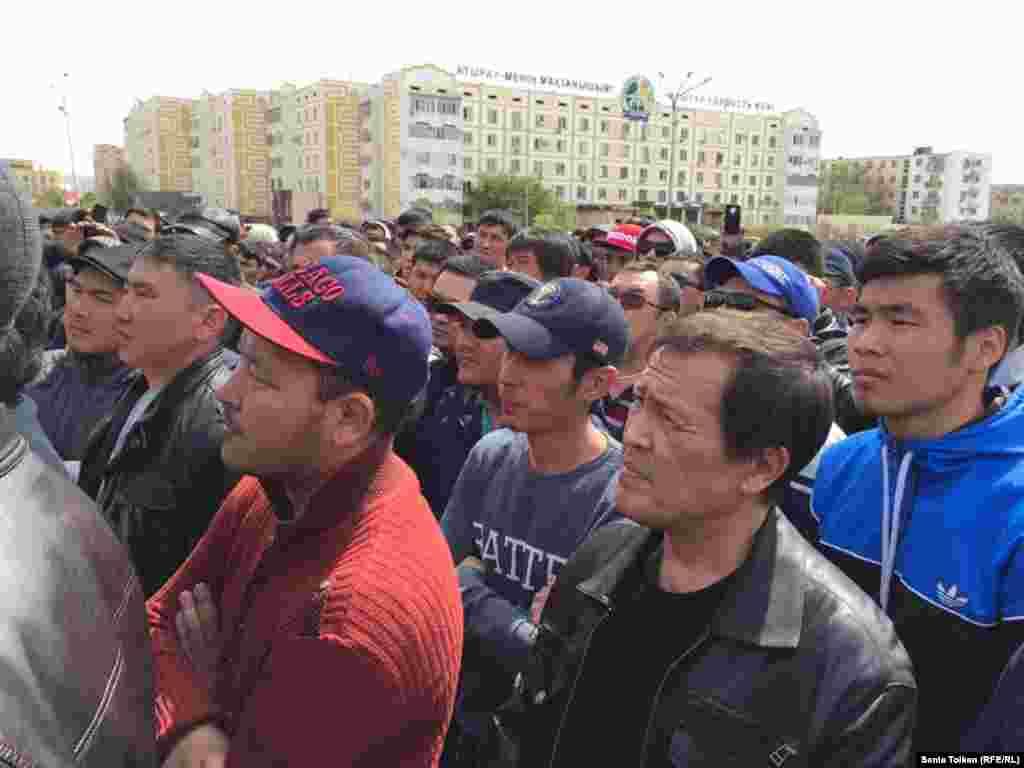 Участники митинга выступают против передачи сельскохозяйственных угодий на 25 лет в аренду иностранцам.