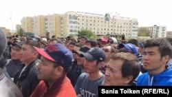 Люди слушают выступающих на митинге протеста 24 апреля 2016 года в Атырау.