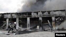 Пожежник на місцевому ринку, який нещодавно був пошкоджений в результаті обстрілу в Донецьку, 3 червня 2015 року