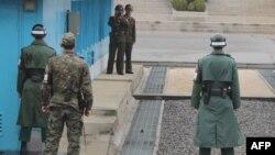 Трое южнокорейских и двое северокорейских пограничников – лицом к лицу на границе в Пханмунчжоме