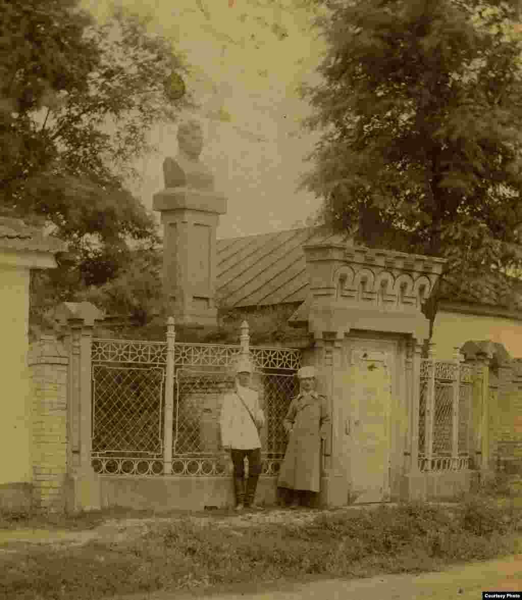 Памятник царскому военачальнику Алексею Ермолову в Грозном и землянка, в которой он жил.