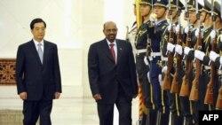 Қытай президенті Ху Цзиньтао судандық әріптесі Омар әл-Баширді қарсы алып жатыр. Бейжің, 29 маусым 2011 жыл.