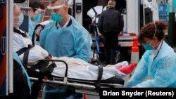 ԱՄՆ - Բուժաշխատողները հոսպիտալացնում են կորոնավիրուսով վարակվածին, Չելսի, Մասաչուսեթս, ապրիլ, 2020թ.