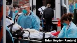 Медики перевозят пациента с коронавирусом в клинику в Массачусетсе. 10 апреля 2020 года.