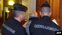 В суд приводят одного из подозреваемых. Париж, 3 декабря 2012 года.