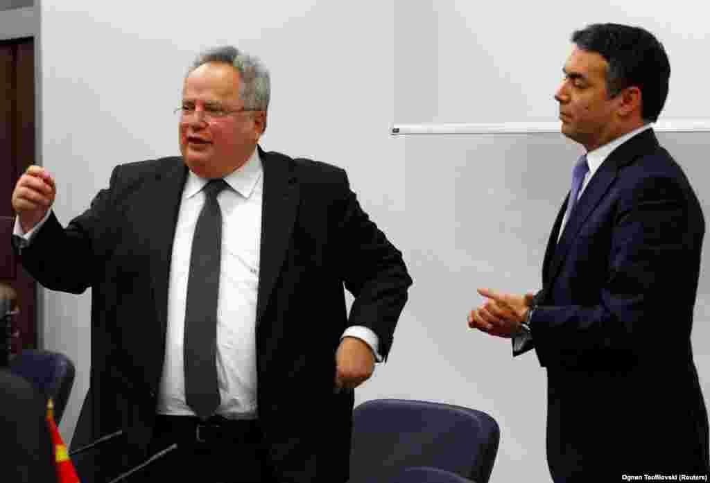 МАКЕДОНИЈА - Министрите за надворешни работи на Македонија и на Грција, Никола Димитров и Никос Коѕијас до доцна синоќа преговарале и постигнале рамка за компромис за името. И двајцата министри потврдија дека конечниот договор е во рацете на премиерите Зоран Заев и Алексис Ципрас.