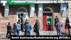 2 вересня Печерський районний суд Києва вирішив примусово стягнути з державного «Приватбанку» майже 10 мільярдів гривень на користь компаній братів Суркісів