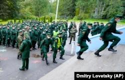 Militari votând la Sankt Petersburg, vineri 17 septembrie 2021.