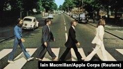 George Harrison, Paul McCartney, Ringo Starr, John Lennon, traversează Abbey Road. Londra, 8 August 1969