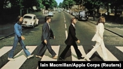 George Harrison, Paul McCartney, Ringo Starr, John Lennon traversează Abbey Road. Londra, 8 August 1969