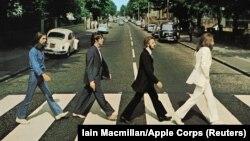 A világhírűvé vált kép a Beatles négy tagjáról, amint a zenészek átkelnek az Abbey Roadon. 1969. augusztus 8.