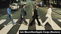 """Джордж Харисън, Пол Макартни, Ринго Стар и Джон Ленън пресичат """"Аби роуд"""" в Лондон на 8 август 1969 г."""