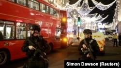 Лондонская полиция на месте происшествия на Оксфорд стрит, 24 ноября 2017