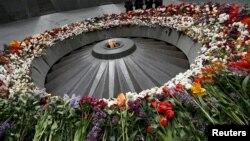 Кыргынга кабылгандардын урматына күйүп турган түбөлүк от. Цицернакаберд, Армения