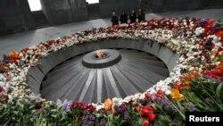 Архива: Луѓе тагуваат во Меморијалниот музеј на ерменскиот геноцид во Ереван.