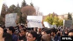 اعتراضهای ۱۵ روزه دانشجويان شيرازی، نام اين دانشگاه و دانشجويان آن را در صدر اخبار خبرگزاریها قرار داد.«عکس: Rferl)