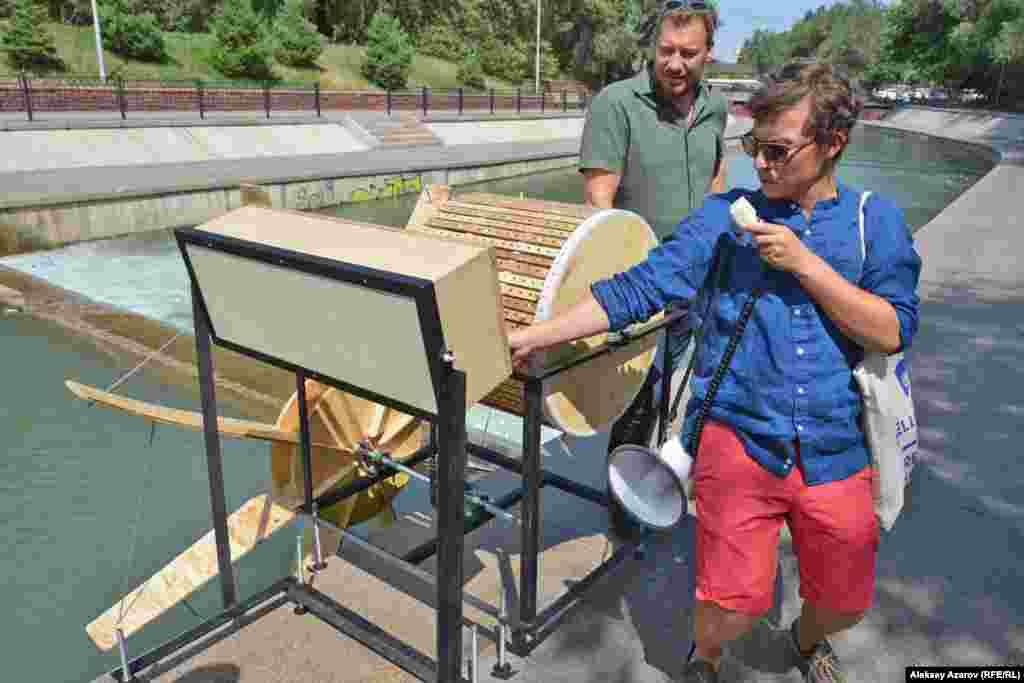 Ближе к улице Курмангазы находится арт-объект «Музыкальная шкатулка». При помощи лопастей в воде и двух крутящихся барабанов создается мелодия.