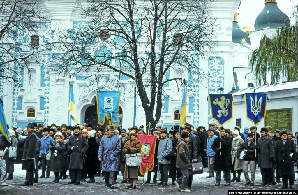 Люди біля Софійського собору, які очікували на прибуття інших учасників перепоховання із трунами трьох дисидентів