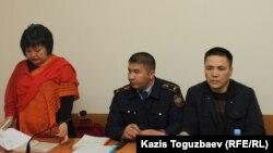 Гражданский активист Асхат Жумагулов (cправа) и его адвокат Жанара Балгабаева на заседании Алмалинского районого суда. Алматы, 19 апреля 2018 года.