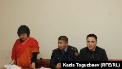 Адвокат Жанара Балгабаева выступает на судебном заседании следственного суда Алмалинского района с ходатайством изменить меру пресечения ее подзащитному Алмату Жумагулову (справа) с содержания под арестом в СИЗО на более мягкий вид пресечения.