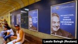 Плякаты са словамі «Не дамо Сорасу сьмяяцца апошнім» у Будапэшцкім мэтро