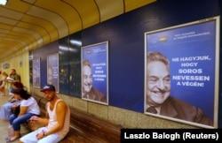 """Будапешт. Агитационные плакаты с изображением Джорджа Сороса и надписью """"Не позволим Соросу смеяться последним"""""""