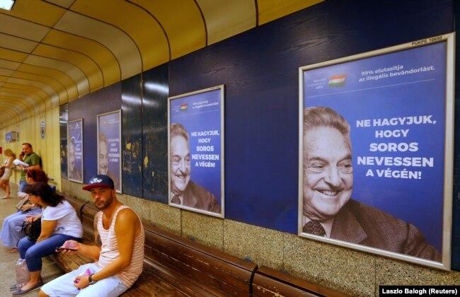 Передвиборчі білоборди в Угорщині з гаслом «Не дозвольте Джорджу Соросу сміятися останнім» у метро в Будапешті, 2017 рік