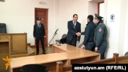 Завен Мириджанян (в центре) в зале суда, 15 января 2016 г.