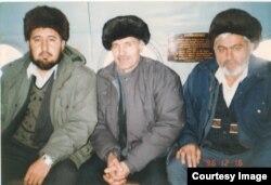Зафар Икромов (дар байн)