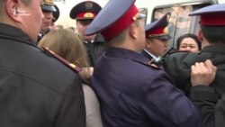 У столиці Казахстану поліція затримала близько 10 людей, серед них – журналістка «Настоящего времени» – відео