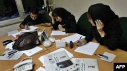"Iran -- Media ""Ruzgar"" editorial staff with its first issue, 16Oct2006"