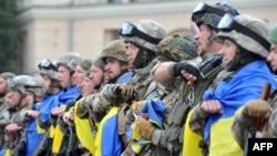Бійці з батальйону спецпризначення МВС «Східний корпус» під час урочистої церемонії відправки до зони бойових дій на Донбасі. Площа Свободи у Харкові, червень 2015 року (ілюстраційне фото)