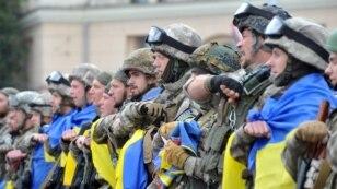 Бійці з батальйону спецпризначення МВС «Східний корпус» під час урочистої церемонії відправки до зони АТО. Площа Свободи у Харкові, 30 червня 2015 року